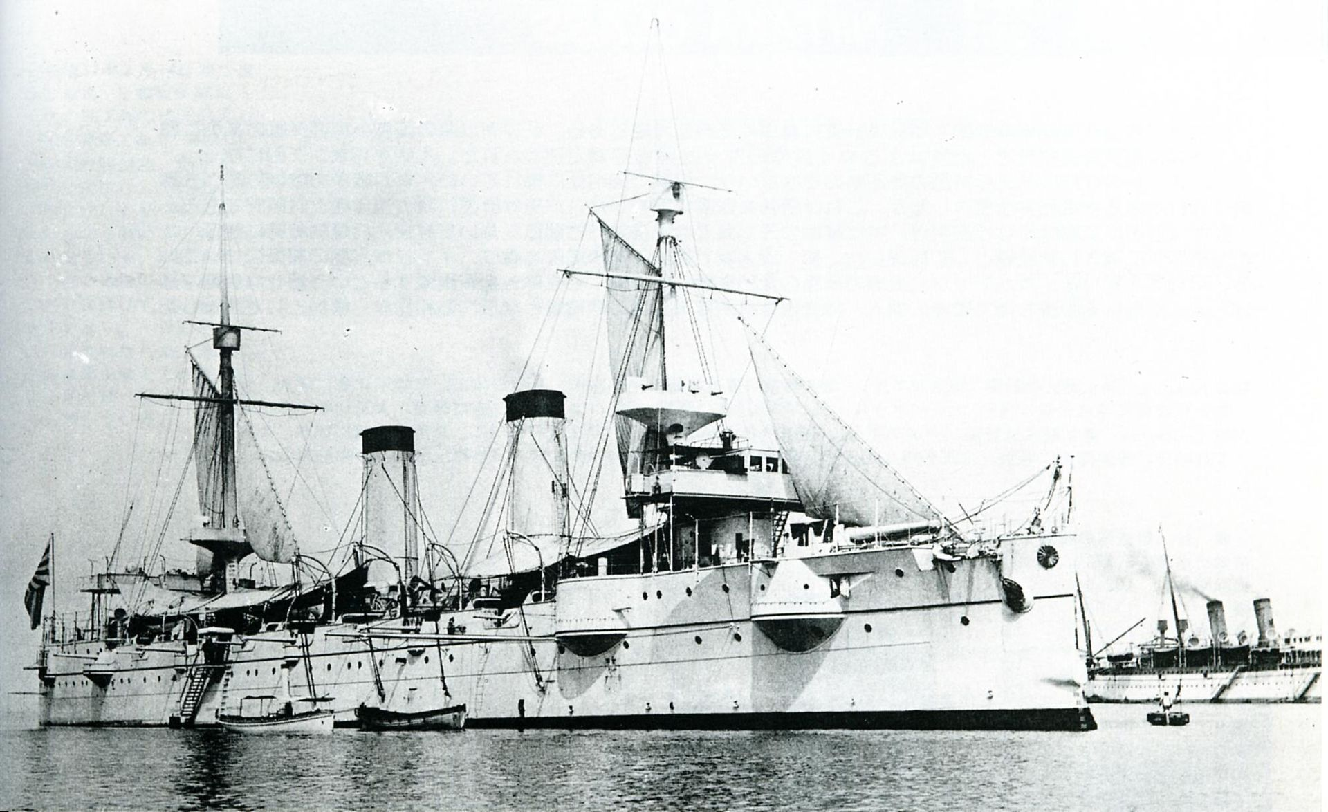 Japanese_cruiser_Kasagi_at_Kobe_1899